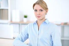 Νέα ξανθή επιχειρησιακή γυναίκα με το lap-top στο γραφείο χρυσή ιδιοκτησία βασικών πλήκτρων επιχειρησιακής έννοιας που φθάνει στο Στοκ Εικόνες