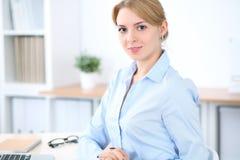 Νέα ξανθή επιχειρησιακή γυναίκα με το lap-top στο γραφείο χρυσή ιδιοκτησία βασικών πλήκτρων επιχειρησιακής έννοιας που φθάνει στο Στοκ Φωτογραφία