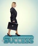 Νέα ξανθή επιχειρησιακή γυναίκα στο δρόμο της στην επιτυχία Στοκ Φωτογραφία