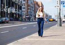 Νέα ξανθή επιχειρησιακή γυναίκα στο τζιν παντελόνι και το άσπρο πουκάμισο στοκ φωτογραφία με δικαίωμα ελεύθερης χρήσης