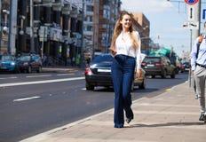 Νέα ξανθή επιχειρησιακή γυναίκα στο τζιν παντελόνι και το άσπρο πουκάμισο στοκ φωτογραφίες με δικαίωμα ελεύθερης χρήσης