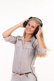 Νέα ξανθή μουσική ακούσματος Στοκ εικόνα με δικαίωμα ελεύθερης χρήσης