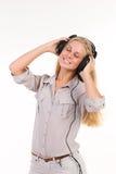 Νέα ξανθή μουσική ακούσματος Στοκ φωτογραφίες με δικαίωμα ελεύθερης χρήσης
