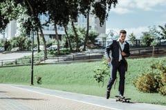 Νέα οδήγηση άσκησης ανδρών σπουδαστών skateboard στοκ φωτογραφία