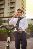 Νέα οδήγηση επιχειρηματιών στην εργασία στην πόλη Στοκ εικόνα με δικαίωμα ελεύθερης χρήσης