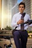 Νέα οδήγηση επιχειρηματιών στην εργασία στην πόλη Στοκ φωτογραφίες με δικαίωμα ελεύθερης χρήσης