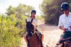 Νέα οδήγηση πλατών αλόγου ζεύγους τουριστών Στοκ Φωτογραφίες