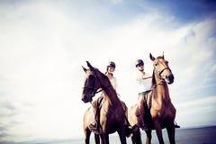 Νέα οδήγηση πλατών αλόγου ζεύγους τουριστών Στοκ φωτογραφία με δικαίωμα ελεύθερης χρήσης