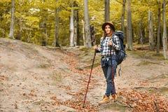 Νέα οδοιπορία γυναικών στα βουνά στοκ εικόνες