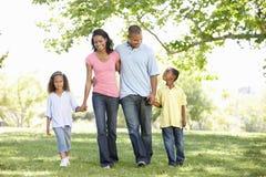 Νέα οικογένεια αφροαμερικάνων που απολαμβάνει τον περίπατο στο πάρκο στοκ φωτογραφία