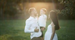 Νέα οικογένεια: γονείς που παίζουν με το γιο μικρών παιδιών τους Ευτυχείς μητέρα και πατέρας που αγκαλιάζουν το μωρό τους, που χα απόθεμα βίντεο