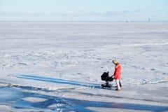 Νέα οικογένεια με ένα μικρό παιδί που περπατά στον πάγο Στοκ Εικόνα