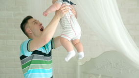 Νέα οικογένεια Παιχνίδια μπαμπάδων με το μωρό Έξι μηνών παιδί και μπαμπάς πατέρας ευτυχής Έχετε τη διασκέδαση απόθεμα βίντεο
