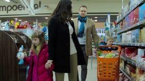 Νέα οικογένεια που επιλέγει τα προϊόντα στο κατάστημα τροφίμων κίνηση αργή απόθεμα βίντεο