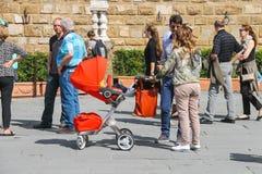 Νέα οικογένεια που περπατά σε μια θερινή πόλη Φλωρεντία Ιταλία Στοκ εικόνες με δικαίωμα ελεύθερης χρήσης