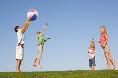 Νέα οικογένεια, πρόγονοι με τα παιδιά, Στοκ Φωτογραφία