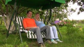 Νέα οικογένεια σε έναν κήπο απόθεμα βίντεο