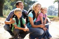 Νέα οικογένεια στον περίπατο χωρών Στοκ Εικόνες
