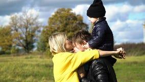 Νέα οικογένεια στο πάρκο Στοκ φωτογραφία με δικαίωμα ελεύθερης χρήσης