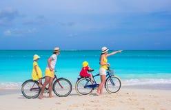 Νέα οικογενειακά οδηγώντας ποδήλατα στην τροπική παραλία Στοκ φωτογραφίες με δικαίωμα ελεύθερης χρήσης