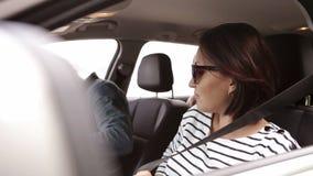 Νέα οικογενειακή στερέωση με τις ζώνες αυτοκινήτων ασφάλειας και να προετοιμαστεί για ένα ταξίδι απόθεμα βίντεο