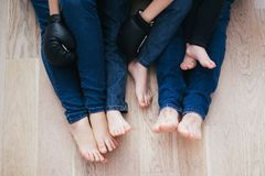 Νέα οικογενειακή συνεδρίαση στο πάτωμα στοκ εικόνα