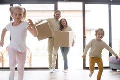 Νέα ολόκληρη οικογένεια που κινείται στο καινούργιο σπίτι στοκ εικόνα
