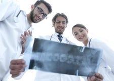Νέα ομάδα κατώτατης άποψης γιατρών που εξετάζουν την ακτίνα X Στοκ εικόνα με δικαίωμα ελεύθερης χρήσης