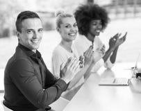 Νέα ομάδα στην εργασία Στοκ εικόνα με δικαίωμα ελεύθερης χρήσης