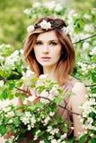 Νέα ομορφιά Όμορφη γυναίκα στο στεφάνι λουλουδιών υπαίθριο στοκ εικόνες