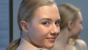 Νέα ομορφιά blogger που κοιτάζει στον καθρέφτη, που στέλνει το φιλί αέρα στη κάμερα, άκρες κοριτσιών απόθεμα βίντεο