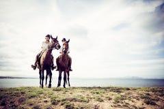 Νέα οδήγηση πλατών αλόγου ζεύγους τουριστών Στοκ Φωτογραφία