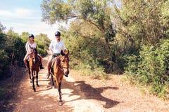 Νέα οδήγηση πλατών αλόγου ζεύγους τουριστών Στοκ φωτογραφίες με δικαίωμα ελεύθερης χρήσης