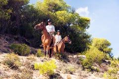 Νέα οδήγηση πλατών αλόγου ζεύγους τουριστών Στοκ εικόνα με δικαίωμα ελεύθερης χρήσης