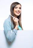 Νέα οδοντωτή βούρτσα λαβής πορτρέτου γυναικών Στοκ Φωτογραφία