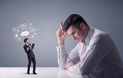 Νέα πάλη επιχειρηματιών με το μικροσκοπικό επιχειρηματία Στοκ Εικόνα