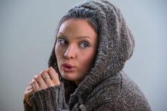 Νέα παγωμένη γυναίκα που φορά hoodie Στοκ Φωτογραφίες