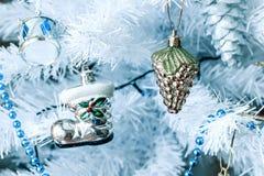 Νέα παιχνίδια έτους ` s που κρεμούν σε ένα άσπρο χριστουγεννιάτικο δέντρο στοκ φωτογραφίες με δικαίωμα ελεύθερης χρήσης