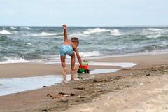 Νέα παιχνίδια αγοριών στην παραλία στοκ εικόνα με δικαίωμα ελεύθερης χρήσης