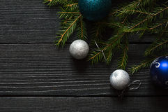 Νέα παιχνίδια έτους ` s με έναν fir-tree κλάδο Στοκ εικόνες με δικαίωμα ελεύθερης χρήσης