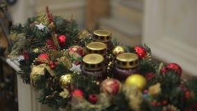 Νέα παιχνίδια έτους ` s στο χριστουγεννιάτικο δέντρο όπως snowflake και τις κόκκινες σφαίρες Νέες σφαίρες διακοσμήσεων έτους ` s  φιλμ μικρού μήκους