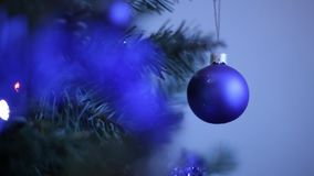 Νέα παιχνίδια έτους ` s στο χριστουγεννιάτικο δέντρο όπως snowflake και τις κόκκινες σφαίρες Νέες σφαίρες διακοσμήσεων έτους ` s  απόθεμα βίντεο