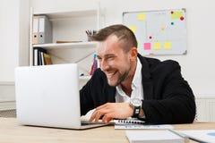 Νέα παιχνίδι και τυχερό παιχνίδι επιχειρηματιών στο γραφείο Στοκ Φωτογραφία