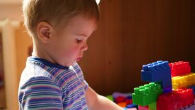 Νέα παιδικά παιχνίδια στον κατασκευαστή Παιχνίδι του σχεδιαστή παιδιών ` s Χρωματισμένοι κύβοι φιλμ μικρού μήκους