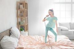 Νέα παιδική ηλικία κοριτσιών εφήβων μόνο στο σπίτι Στοκ φωτογραφία με δικαίωμα ελεύθερης χρήσης