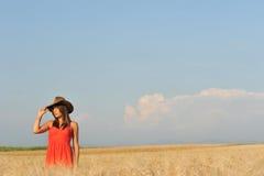 Νέα πανέμορφη γυναίκα στον κίτρινο τομέα με το μπλε ουρανό Στοκ Εικόνες