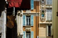 Νέα παράθυρα PVC στα παλαιά ανακαινισμένα σπίτια Σχέδιο και κατασκευή Στοκ φωτογραφία με δικαίωμα ελεύθερης χρήσης
