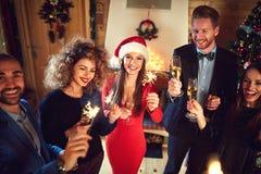 Νέα παραμονή έτους με τους εύθυμους φίλους Στοκ Εικόνες