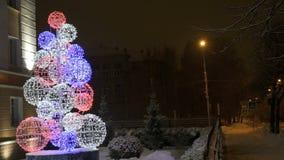 Νέα παραμονή έτους ` s - χριστουγεννιάτικο δέντρο των οδηγήσεων απόθεμα βίντεο