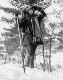Νέα πεζοπορώ γυναικών μέσω των χιονισμένων ξύλων (όλα τα πρόσωπα που απεικονίζονται δεν ζουν περισσότερο και κανένα κτήμα δεν υπά Στοκ φωτογραφία με δικαίωμα ελεύθερης χρήσης
